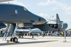 军用飞机罗克韦尔B-1B持枪骑兵和波音C-17 Globemaster III 库存图片