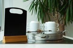 军用餐具汤容器和一个黑标志上 图库摄影