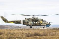 军用直升机在天空中 免版税库存照片