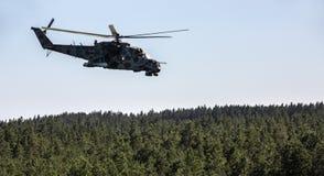 军用直升机米-24 (后面) 图库摄影