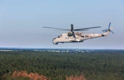 军用直升机米-24 (后面) 库存照片
