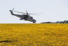 军用直升机米-24 (后面) 免版税库存照片