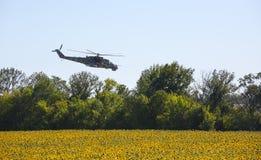 军用直升机米-24 (后面) 免版税图库摄影