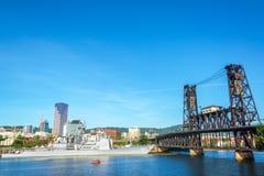 军舰和钢桥梁 库存照片