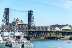 军舰和钢桥梁 库存图片