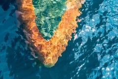 军舰航行的球茎弓在深蓝色海创造了波纹当前流程 库存照片