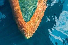 军舰航行的球茎弓在深蓝色海创造了波纹当前流程 免版税库存照片