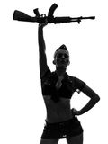 军队一致的向致敬的kalachnikov剪影的性感的妇女 库存图片