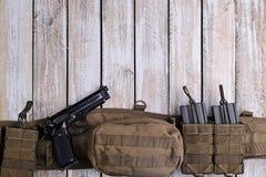 军队争斗传送带,枪,弹药 顶视图 库存图片