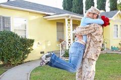 军队事假的妻子欢迎丈夫家 库存图片