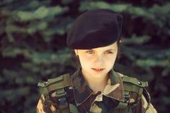 军队伪装的少女 免版税库存照片