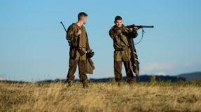 军队力量 伪装 人猎人友谊  狩猎技能和武器设备 怎么轮狩猎到爱好里 图库摄影