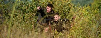 军队力量 伪装 军服时尚 与步枪枪的人猎人 新兵训练所 寻找技能和武器 免版税图库摄影