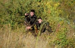 军队力量 伪装 军服时尚 人猎人友谊  狩猎技能和武器设备 如何 免版税图库摄影