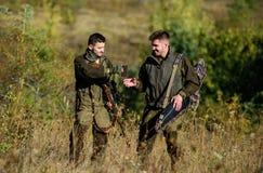军队力量 伪装 军服时尚 人猎人友谊  狩猎技能和武器设备 如何 库存图片