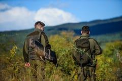 军队力量 伪装 军服时尚 狩猎技能和武器设备 怎么轮狩猎到爱好里 人 免版税库存照片