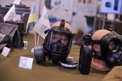 军队在陈列的防毒面具 库存图片