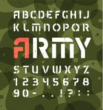 军队字母表 与数字的钢板蜡纸军事字体 传染媒介在绿色卡其色的背景的符号集 库存例证