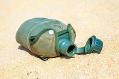 军队或军事军用餐具在沙子在没有的沙漠有水 库存图片