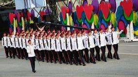 军队特攻队捍卫荣誉意外前进过去在国庆节游行(NDP)排练期间2013年 免版税库存照片