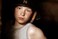 军队盔甲的严肃的小男孩 免版税库存图片