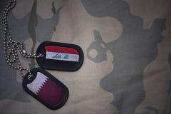 军队空白、卡箍标记与伊拉克的旗子和卡塔尔卡其色的纹理背景的 免版税图库摄影