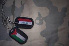 军队空白、卡箍标记与伊拉克的旗子和巴勒斯坦卡其色的纹理背景的 免版税库存照片