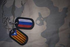 军队空白、卡箍标记与俄罗斯的旗子和卡塔龙尼亚卡其色的纹理背景的 免版税库存照片