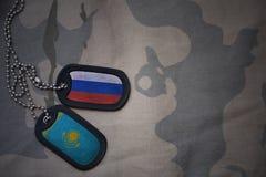 军队空白、卡箍标记与俄罗斯的旗子和哈萨克斯坦卡其色的纹理背景的 图库摄影