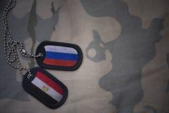 军队空白、卡箍标记与俄罗斯的旗子和埃及卡其色的纹理背景的 免版税图库摄影