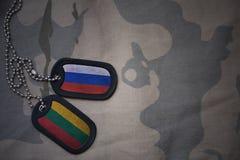 军队空白、卡箍标记与俄罗斯的旗子和立陶宛卡其色的纹理背景的 免版税库存图片