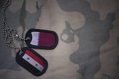 军队空白、卡箍标记与卡塔尔的旗子和叙利亚卡其色的纹理背景的 免版税库存图片