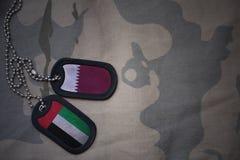 军队空白、卡箍标记与卡塔尔的旗子和阿拉伯联合酋长国卡其色的纹理背景的 图库摄影