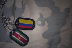 军队空白、卡箍标记与哥伦比亚的旗子和苏里南卡其色的纹理背景的 库存图片