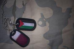 军队空白、卡箍标记与巴勒斯坦的旗子和卡塔尔卡其色的纹理背景的 免版税库存图片