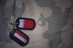 军队空白、卡箍标记与巴林的旗子和也门卡其色的纹理背景的 库存图片