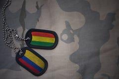 军队空白、卡箍标记与玻利维亚的旗子和哥伦比亚卡其色的纹理背景的 库存图片