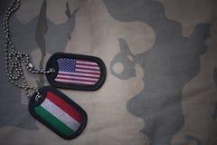 军队空白、卡箍标记与美国的旗子和匈牙利卡其色的纹理背景的 免版税库存图片