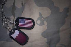 军队空白、卡箍标记与美国的旗子和卡塔尔卡其色的纹理背景的 免版税库存图片
