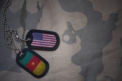 军队空白、卡箍标记与美国的旗子和喀麦隆卡其色的纹理背景的 免版税图库摄影