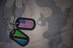 军队空白、卡箍标记与美国的旗子和坦桑尼亚卡其色的纹理背景的 图库摄影