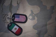 军队空白、卡箍标记与美国的旗子和墨西哥卡其色的纹理背景的 免版税库存照片