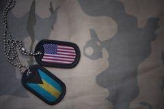 军队空白、卡箍标记与美国的旗子和巴哈马卡其色的纹理背景的 免版税库存照片