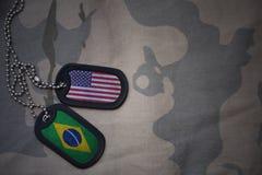 军队空白、卡箍标记与美国的旗子和巴西卡其色的纹理背景的 库存图片