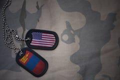军队空白、卡箍标记与美国的旗子和蒙古卡其色的纹理背景的 库存照片