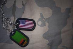 军队空白、卡箍标记与美国的旗子和赞比亚卡其色的纹理背景的 库存图片