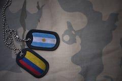 军队空白、卡箍标记与阿根廷的旗子和哥伦比亚卡其色的纹理背景的 库存图片