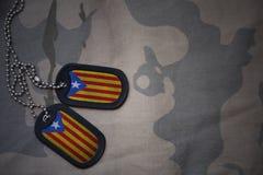 军队空白,与卡塔龙尼亚的旗子的卡箍标记卡其色的纹理背景的 库存图片