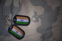 军队空白,与印度的旗子的卡箍标记卡其色的纹理背景的 图库摄影