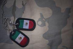 军队空白,与墨西哥的旗子的卡箍标记卡其色的纹理背景的 免版税库存照片